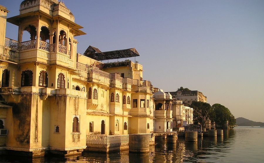 Indischer Tempel am Wasser